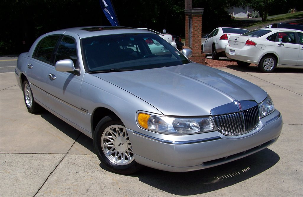 1999 Lincoln Town Car Signature photo