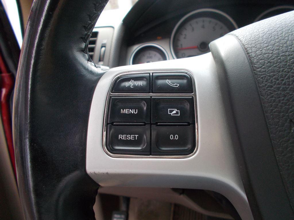 2011 Volkswagen Routan SE photo