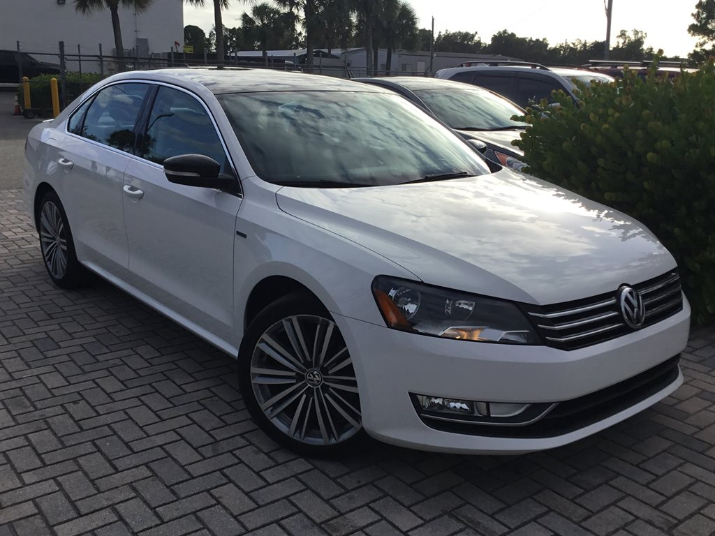 The 2015 Volkswagen Passat Sport photos