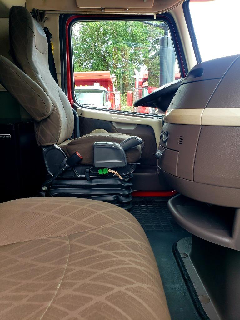 2015 Volvo VNL670 Conventional Sleeper photo