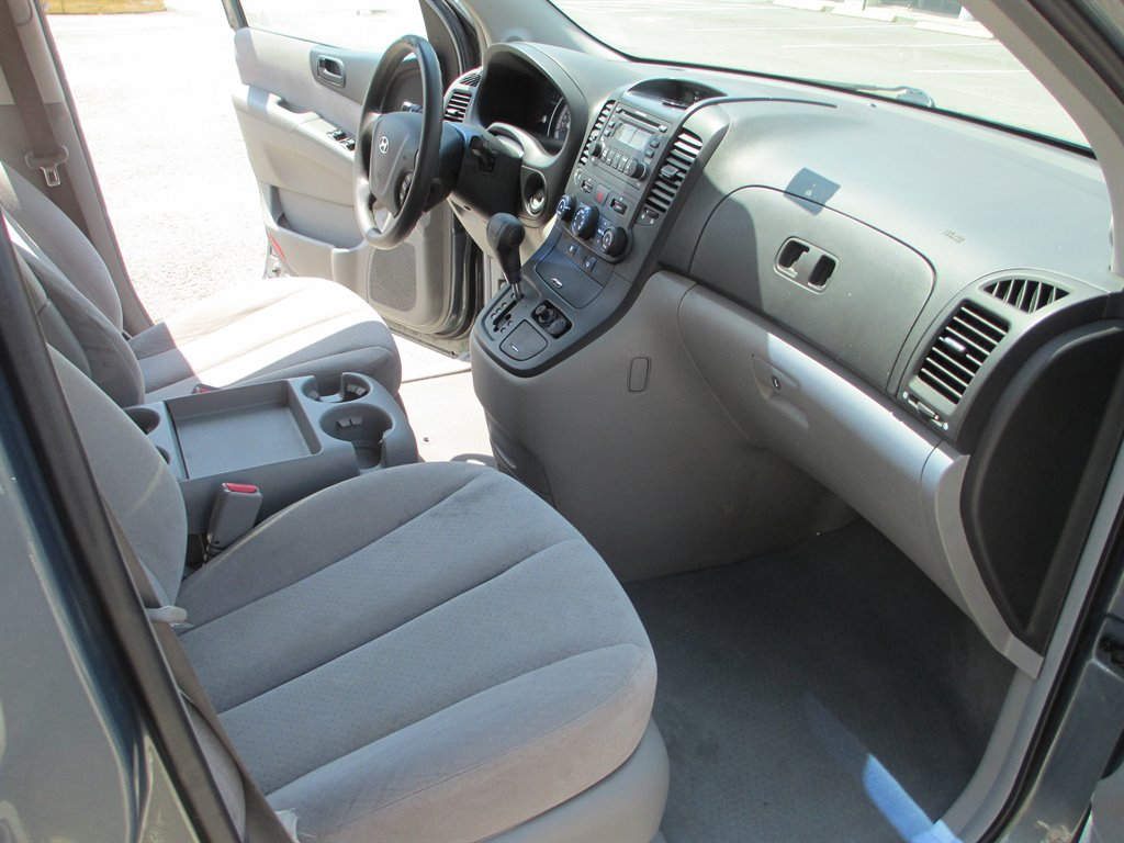 2007 Hyundai Entourage GLS photo