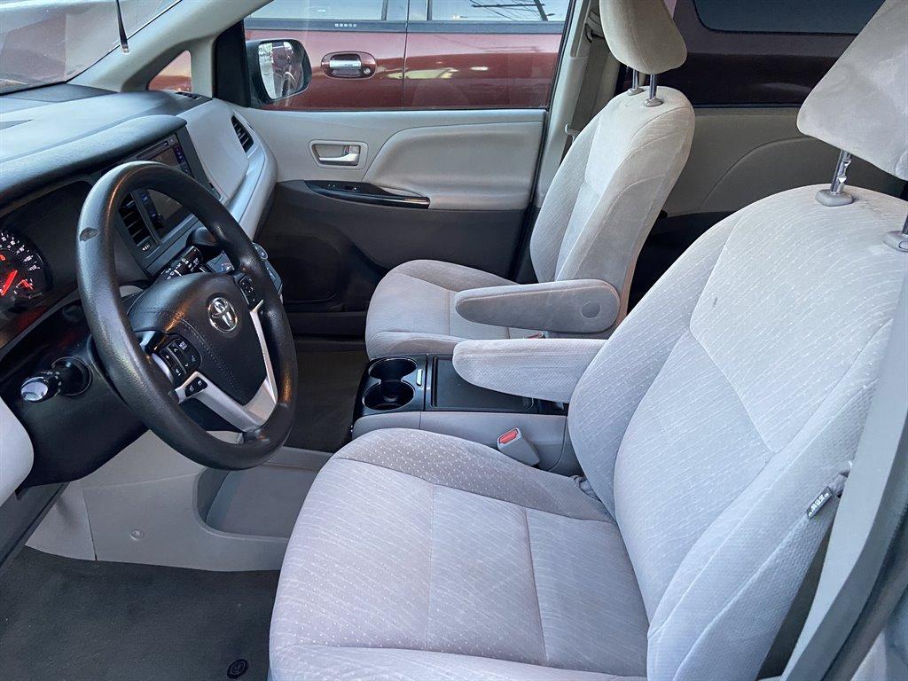2017 Toyota Sienna LE photo