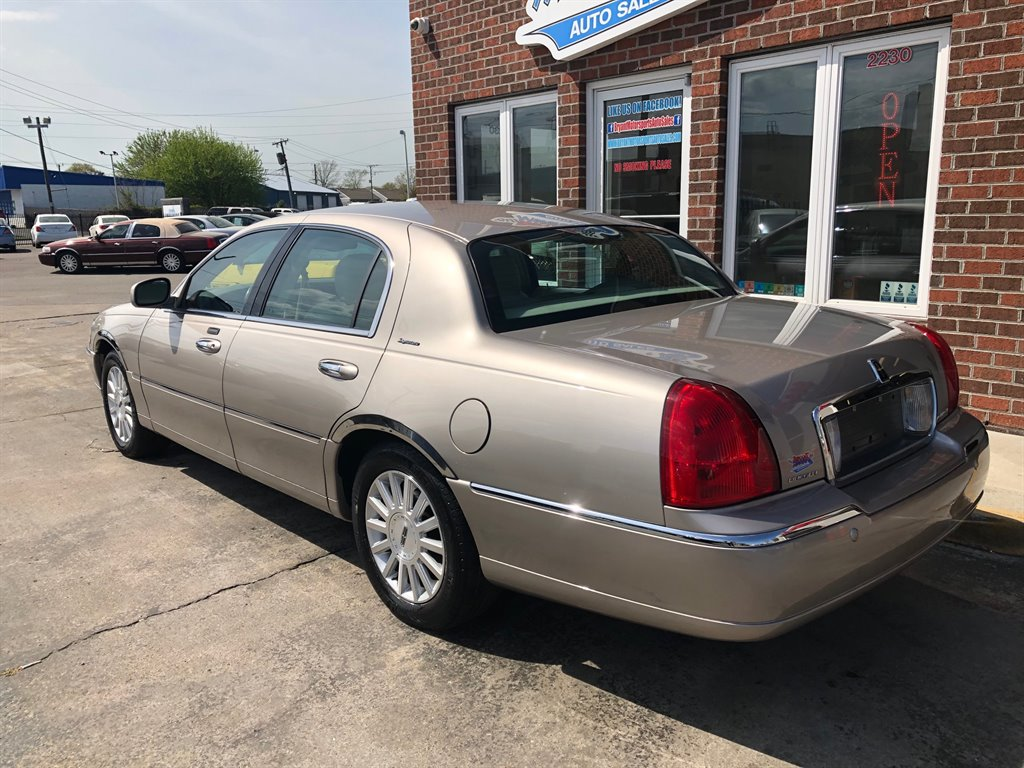 2003 Lincoln Town Car Signature photo