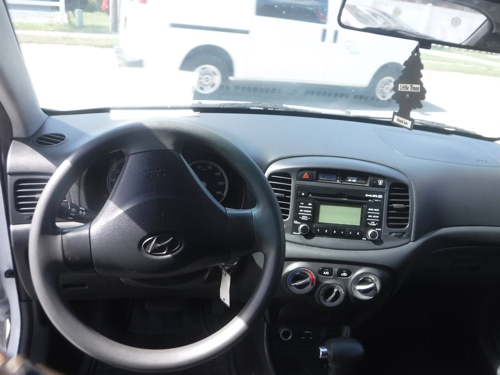 2011 Hyundai Accent GL photo