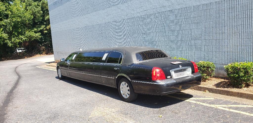 2005 Lincoln Town Car Executive Limo photo