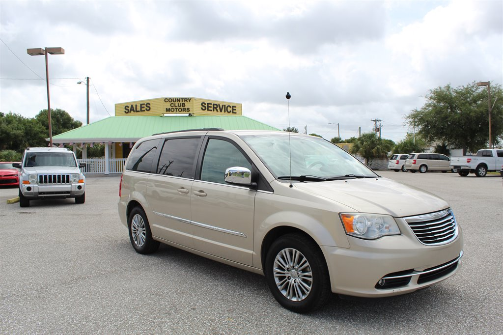 The 2013 Chrysler Town & Country Touring-L photos